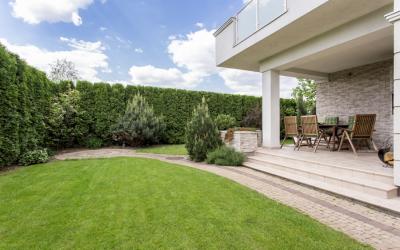 Arredo giardino: cosa scegliere tra pergola, gazebo e ombrellone?